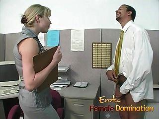 험악한 금발의 사무실 암캐는 노동자를 지배하고 모욕한다.