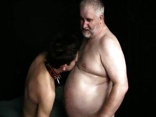 젊은 하위 소년은 뚱뚱한 오래된 주인을 빤다.