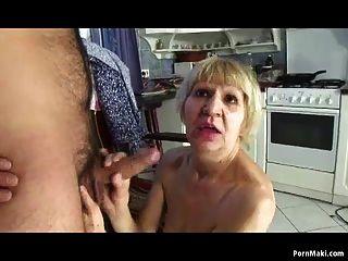 할머니는 돈을 위해 아들과 잤어.