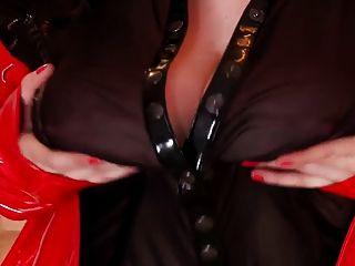 busty 자기는 그녀의 엄청난 가슴으로 노는 것을 좋아한다.