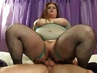 큰 뚱뚱한 bbw 암캐는 그녀의 배고픈 새끼에있는 거시기를 사랑한다.