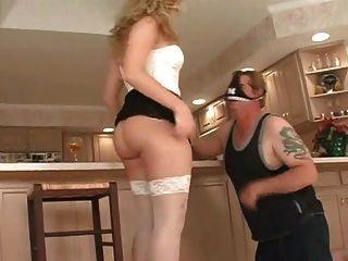 공주님은 부엌에서 노예가 그녀의 엉덩이를 핥아주었습니다.