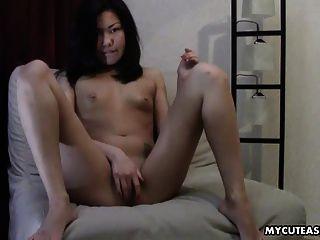사랑스러운 아시아 작은 가슴 그녀의 clitty에 벌 거 벗은 베이비 마찰
