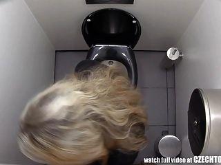여자애들이 화장실에서 뭘하는지 지켜봐야 해.