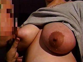 엄마의 거대한 수유 가슴은 안도가 필요해.