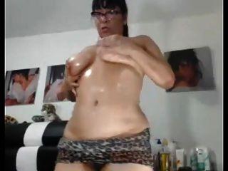 섹시 아시아 할머니는 그녀의 뚱뚱한 엉덩이와 음부를 보여주고 싶어한다.