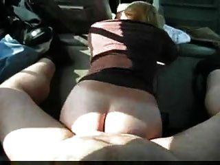 milf는 좋은 공공 섹스에 엉덩이를 작동