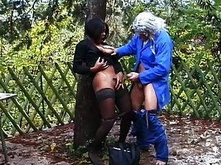 검은 귀염둥이가 엉덩이에 걸립니다.