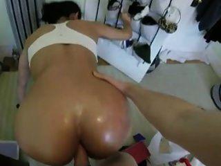 그녀는 큰 엉덩이를 가지고 있고 그것이 집에서 망할 것을 좋아한다.