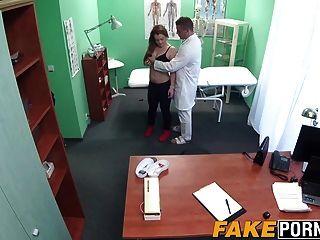 호색한 의사가 그의 하드 수탉과 알렉스 꽉 음모를 검사합니다.