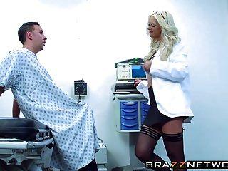 그녀의 환자가 즐거워하는 놀라운 금발 브루 크 브랜드