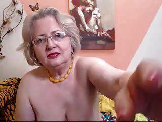 웹캠에서 할머니 할머니의 모델이 그녀의 직업을하는 법을 안다. 69084