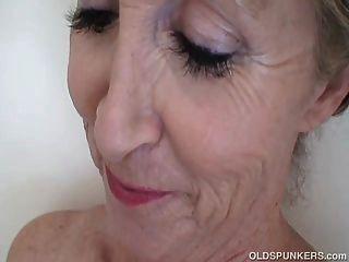 슈퍼 섹시한 오래 된 벙커 샤워에서 흥분을 느낌