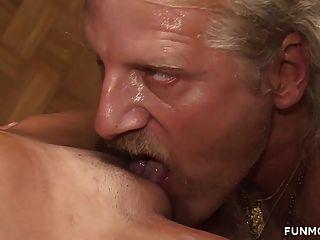 그의 젊은 마른 아내에게 오줌을 내고 cumming