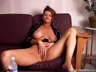 아름다운 큰 가슴 오래된 spunker 그녀의 육즙이 음부와 놀고