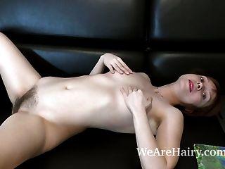 trixie 스트립과 그녀의 검은 소파에 자위