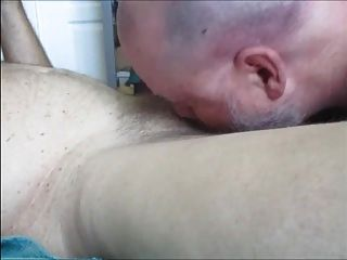 poppered \u0026 butt 마개를 한 배관공은 남근을 양수되고 터지게한다.