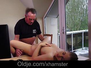 놀라운 십대 아내가 포르노 배우로 늙은 남편을 잡았어요.