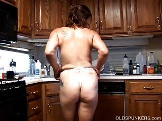 섹시한 란제리에 쓰레기 오래된 벙커는 그녀의 육즙이 음부 섹스