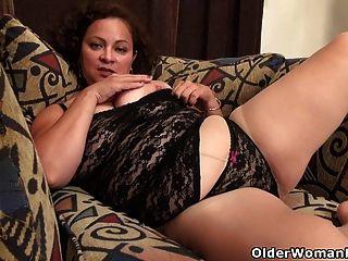 아메리칸 milf marie black은 그녀의 나일론 음부를 dildoing하는 것을 좋아합니다.