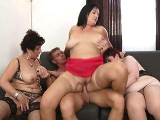 할머니와 어린 아들을 공유하는 busty moms