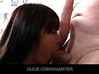 아시아 학교 소녀는 오래 된 교사 cumshot 그녀의 입에서 걸립니다.