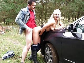 사춘기는 차를 멈추고 그녀의 녀석을 성교한다.