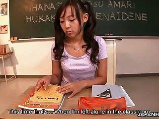 그녀의 젖은 음부를 받고 사랑스러운 아시아 암캐 장난감