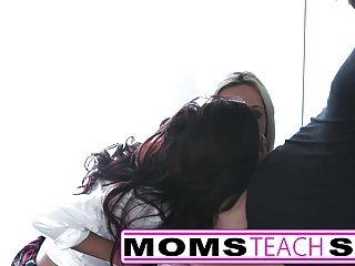젊은 스터드 금발 아가씨와 작은 딸이 빌어 먹을
