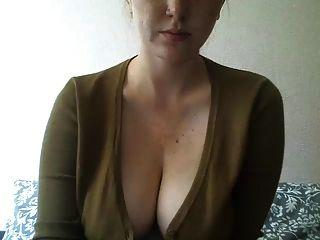 문신을 한 가슴을 가진 소녀가 웹캠에서 놀다.