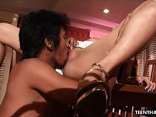 큰 가짜 가슴을 가진 뜨거운 타이는 열심히 뚫고 들어가고있다.