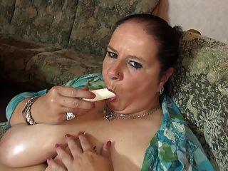 큰 수분이 많은 가슴과 배고픈 성기를 가진 성숙한 큰 엄마