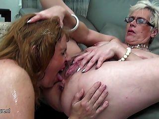 세 명의 늙은 레즈비언과 젊은 레즈비언이 서로 오줌 싸다.
