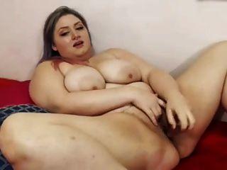솔로 비디오에 큰 섹스 토이를 가지고 젖꼭지를 찔러 대다
