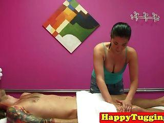아시아 안마사는 그녀의 마사지 클라이언트를 wanking