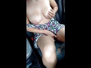 큰 가슴을 가진 유부녀가 고속도로에서 휴식을 취한다.