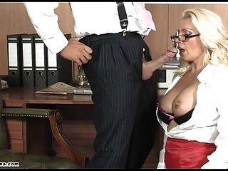 섹시한 사무실 창녀가 깊숙히 좆되어 질내 사정에 물방울이 떨어졌습니다.