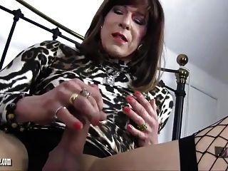 섹시한 여인은 호색한 큰 수탉 tgirl 엉덩이와 수탉 처벌을 제공합니다