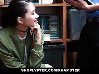 도둑질을 위해 체포 된 shoplyfter 아시아의 매력