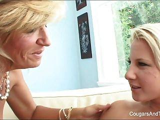 뜨거운 아가씨는 금발의 의붓 딸의 음부를 핥습니다.