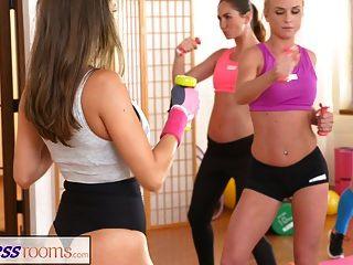 피트니스 룸 레즈비언 애호가들은 체육관 후에 서로를 정액 낸다.