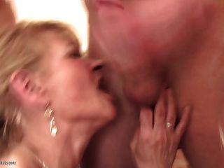 어머니의 날은 모든 연령층의 야생 집단 섹스로 바뀝니다.