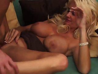 발 뒤꿈치에 섹시한 금발의 여인이 얼굴을 가져 간다.