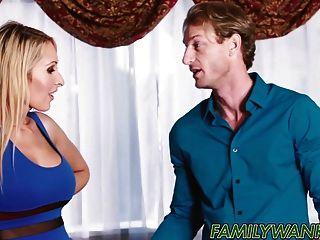 알렉사 그레이스는 남자 친구의 성기를 그녀의 계모와 함께 나눕니다.