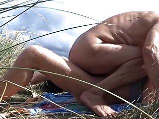 늙은이는 그의 남자 친구를 모래 언덕에서 잤다.
