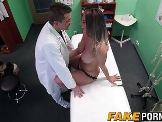 뜨거운 금발 빅토리아 그녀의 의사와 성관계를 만든다.