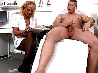 성숙한 금발 간호사 측정 환자의 성기 부드럽고 직립