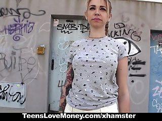 돈을 위해 십대 소년 필사적으로 사춘기.