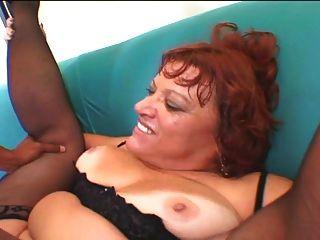 통통한 성숙한 그녀의 엉덩이에 검은 수탉을 가져옵니다