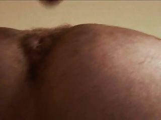 털이 많은 남자가 그의 암캐를 날씬해.